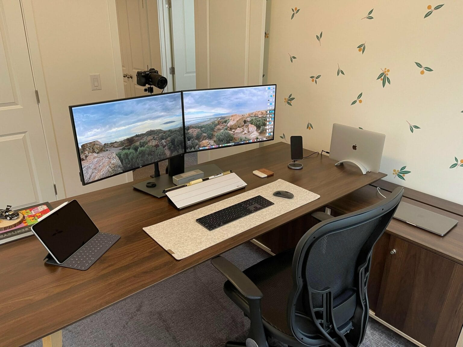 A dual display, dual MacBook Pro home office relies on built-in cable management.